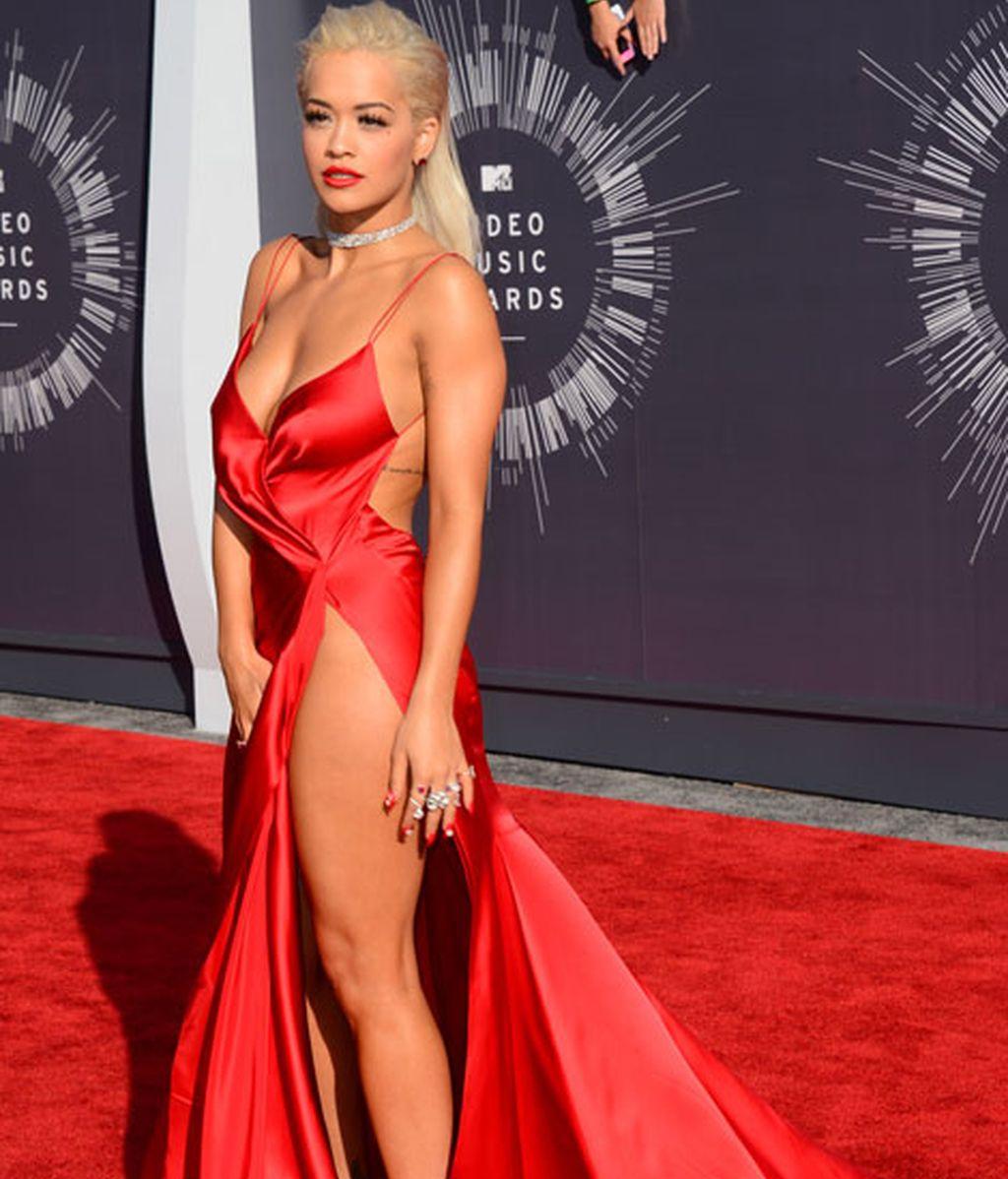 Rita Ora de rojo con apertura lateral de Donna Karan Atelier
