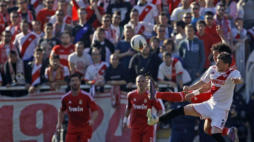 El jugador del Real Madrid, Marcelo lucha un balón con Tito del Rayo Vallecano