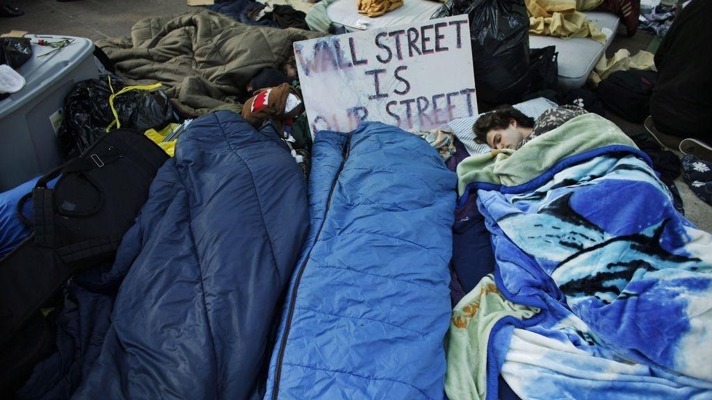 'Indignados' estadounidenses acampados en un parque cerca de Wall Street, en Nueva York, como protesta por los abusos del sistema financiero.