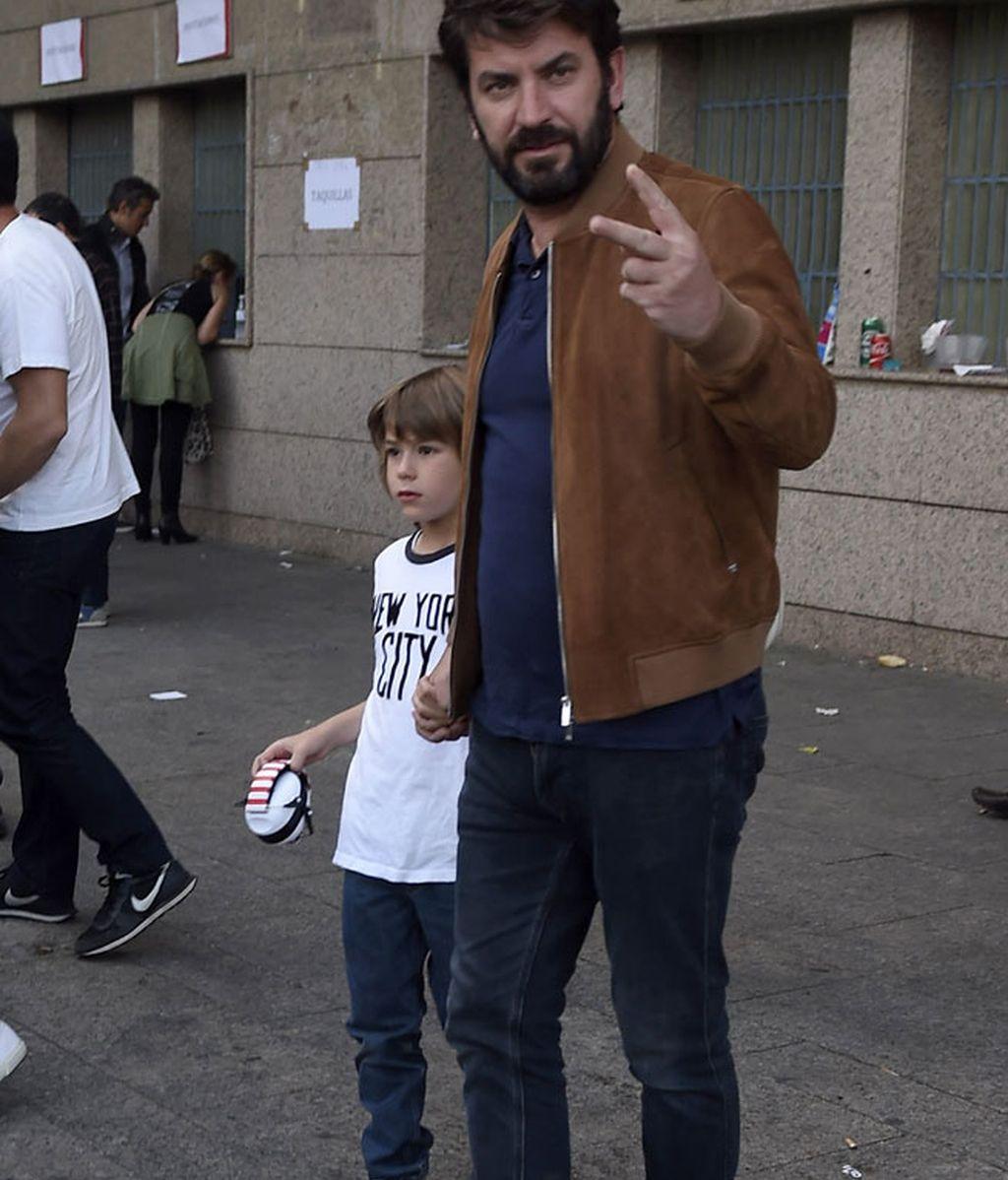 Arturo Valls, con un nuevo look barbudo, y su hijo