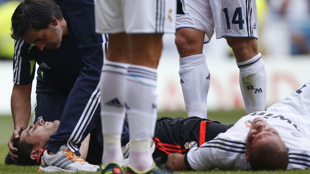 Iker Casillas y Pepe, en el suelo después de un encontronazo