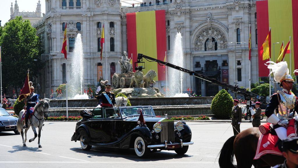 Los reyes saludan camino del Palacio Real