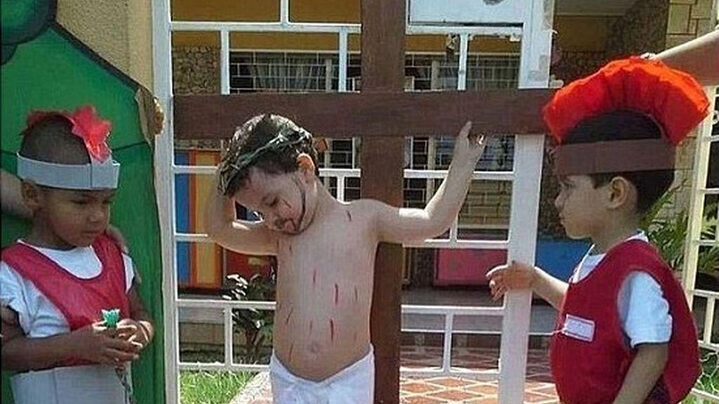 Un niño crucificado, el último viral en la Red