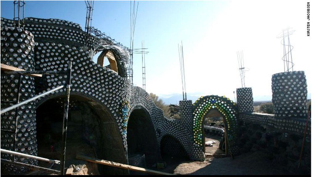 Palacios de basura, espectaculares casas construidas a partir de chatarra