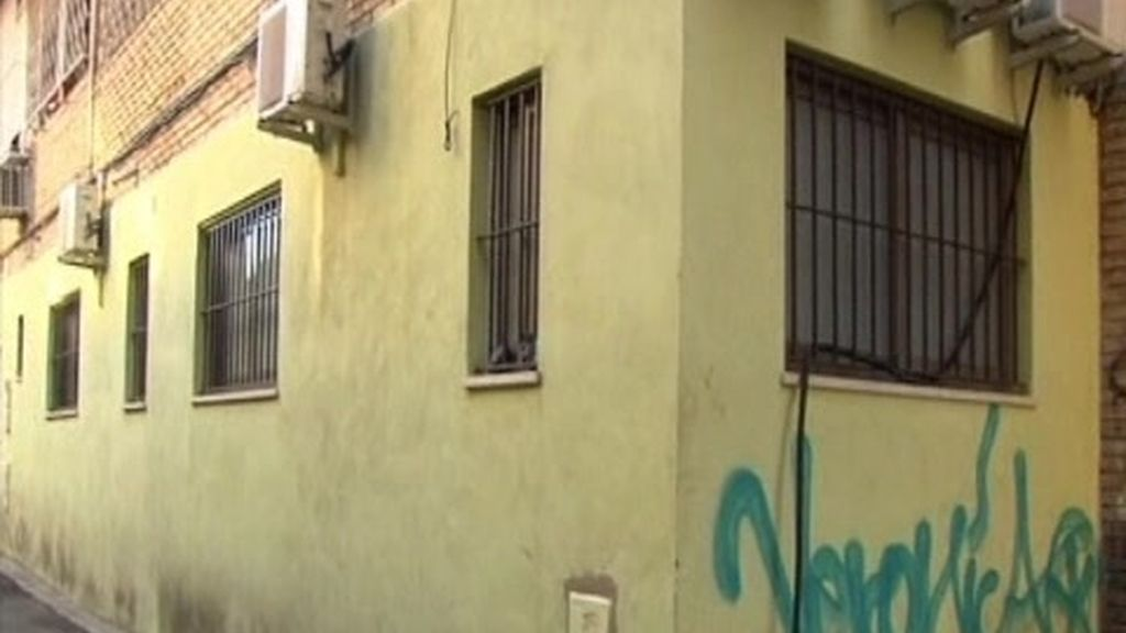 Un grupo de indigentes vive junto a una guardería en Triana