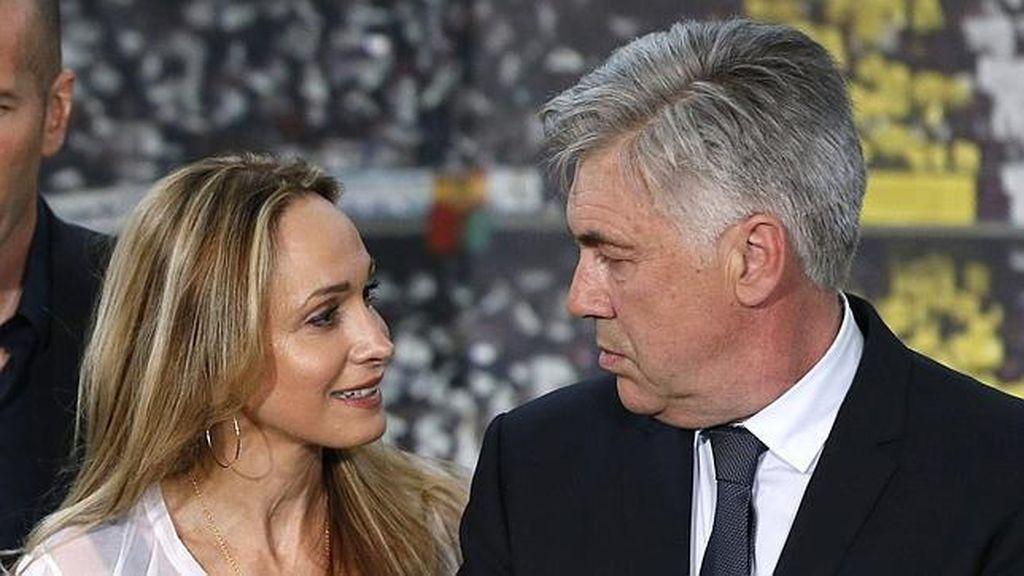 Carlo Ancelotti y su pareja el día de su presentación con el Real Madrid