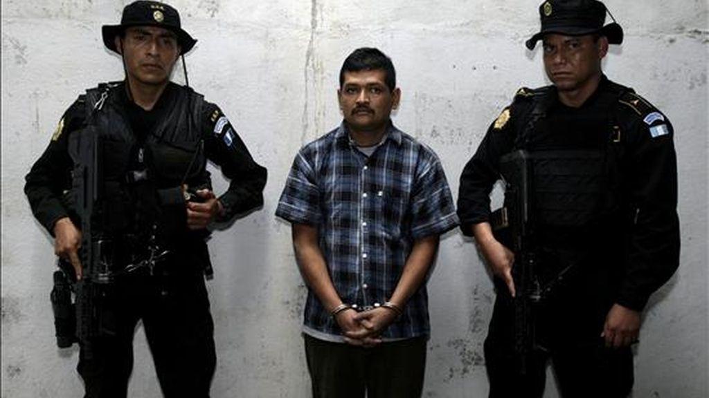 """Agentes de la Fuerzas Especiales de la Policía Nacional Civil de Guatemala custodian al supuesto narcotraficante guatemalteco Mauro Salomón Ramírez (c), alías """"El Morado"""" este 2 de octubre en San bernandino Suchitepequez (Guatemala). EFE"""