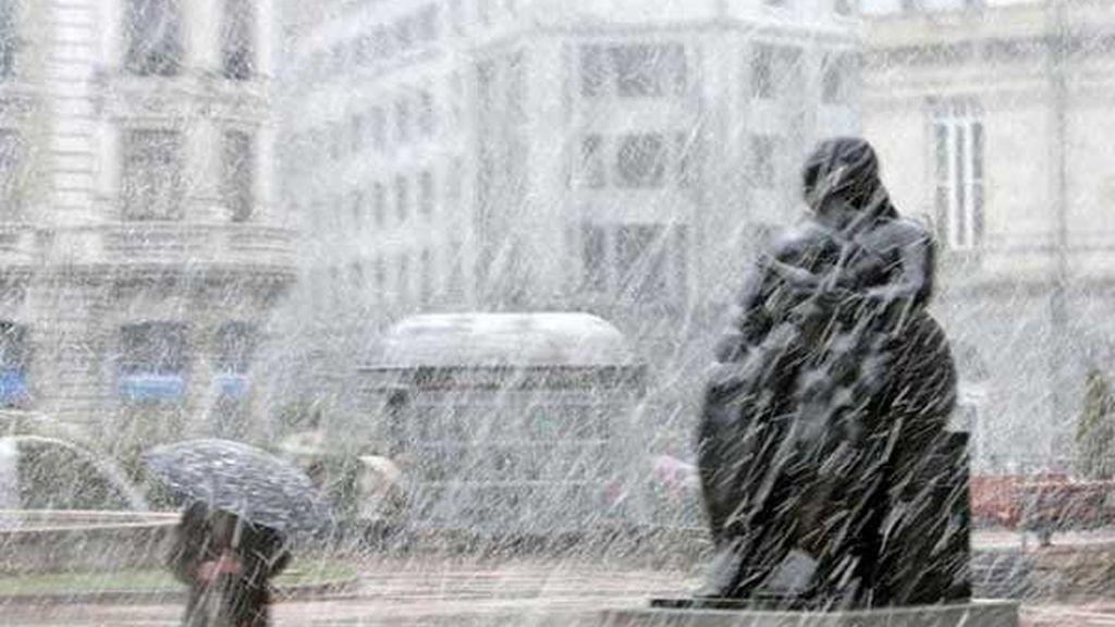 Nieva sobre 'La Maternidad' en Oviedo