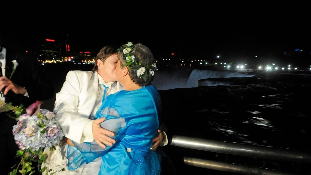 La pareja homosexual celebra su matrimonio en Nueva York. Foto: REUTERS