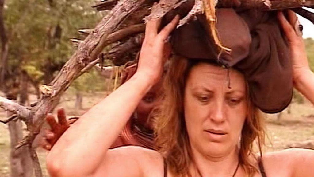 La primera actividad de Montse en la tribu: recoger leña