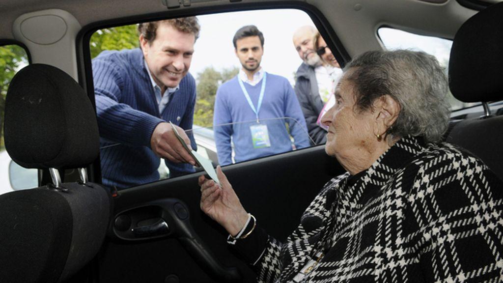 Una anciana vota en el coche para la Junta de Andalucía