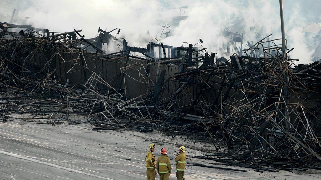 Más de 250 bomberos logran extinguir un espectacular incendio en Los Angeles