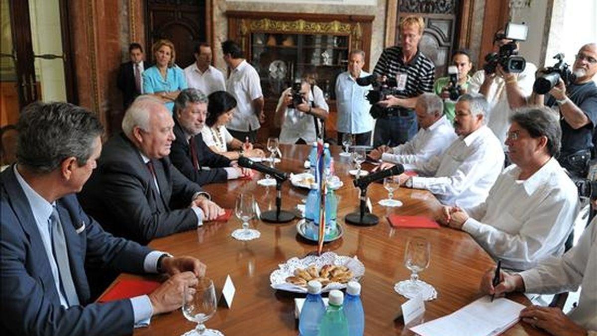 El ministro español de Asuntos Exteriores, Miguel Ángel Moratinos, se reúne con su homólogo de Cuba, Bruno Rodríguez (i) en el Ministerio de Relaciones Exteriores cubano en La Habana. EFE