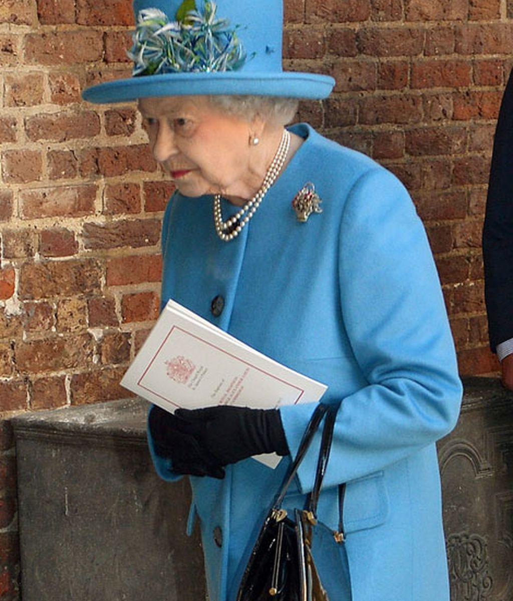 La reina Isabel II, con un elegante traje azul