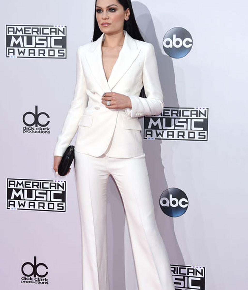 Jessie J apostó por un traje de chaqueta en 'total white'