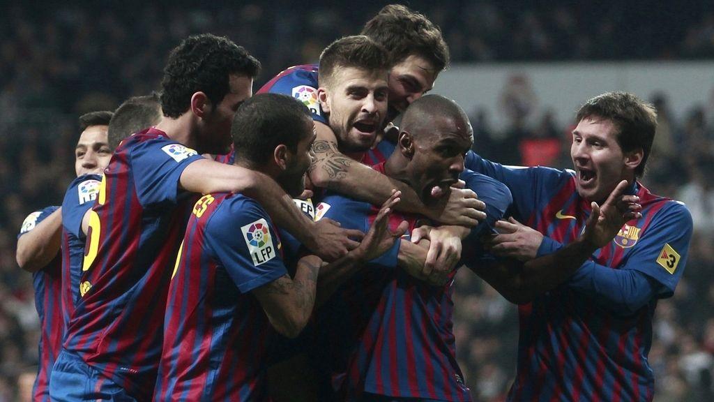Los jugadores celebran el gol de Abidal