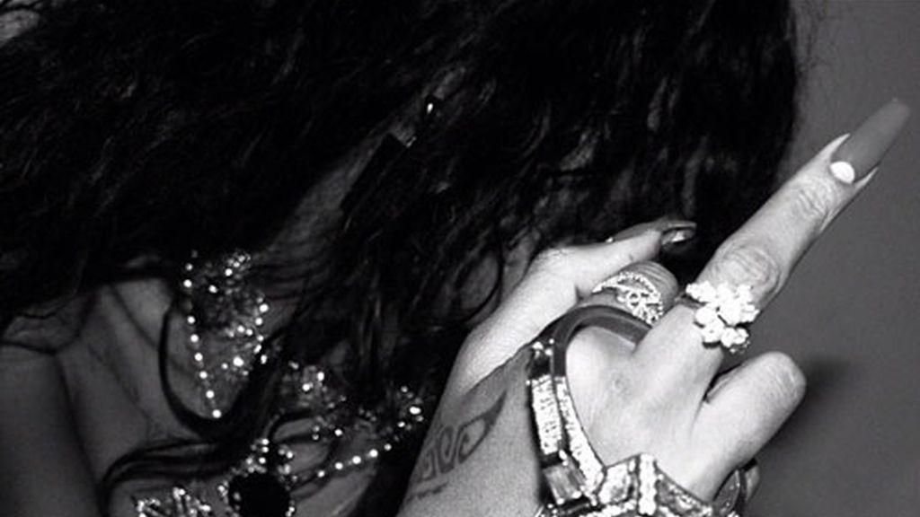 Rihanna hace la peineta en Twitter
