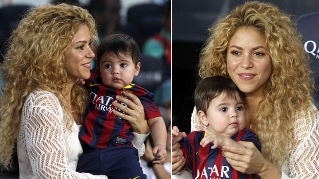 Shakira y Milán viendo jugar a Piqué