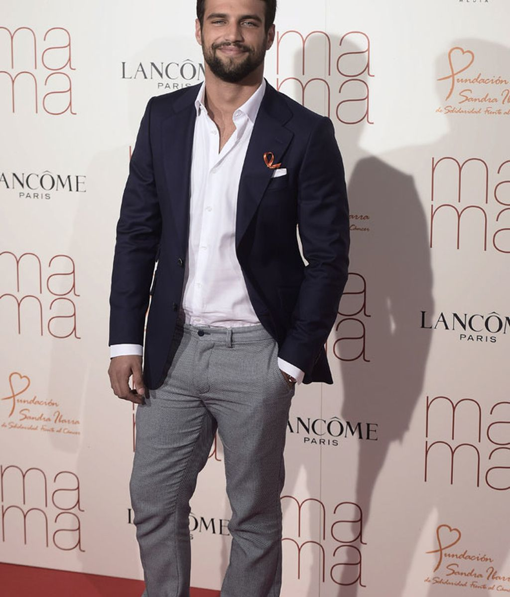 Jesús Castro combinó pantalón grisáceo con americana azul