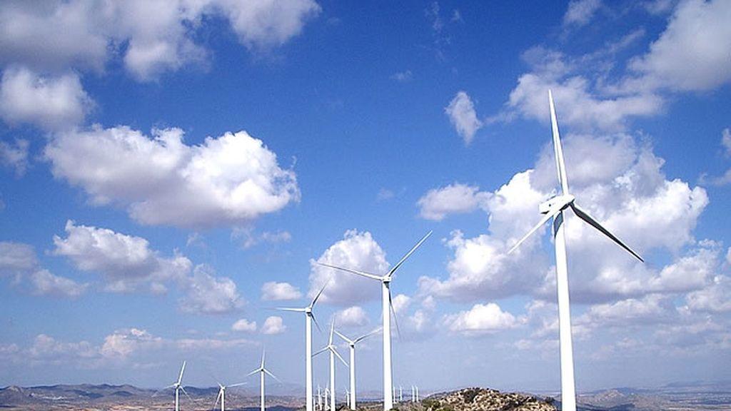 Un molino que produce energía eléctrica por la fuerza del viento