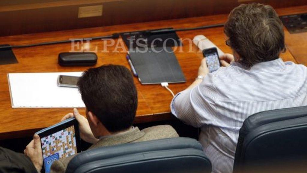 Los dos diputados del PP que jugaron a 'Apalabrados' en la Asamblea reciben una sanción económica de 300 euros
