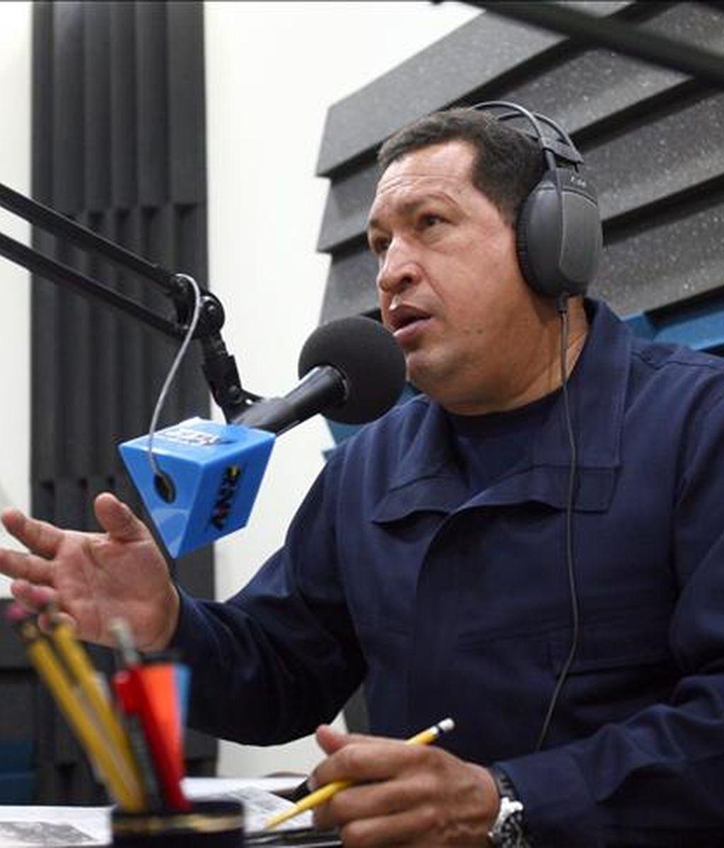 """Fotografía de archivo del presidente venezolano Hugo Chávez tomada el 8 de febrero de 2010 en Caracas (Venezuela) durante su participación en el programa """"De repente con Chávez"""". EFE/Prensa Miraflores/Archivo"""
