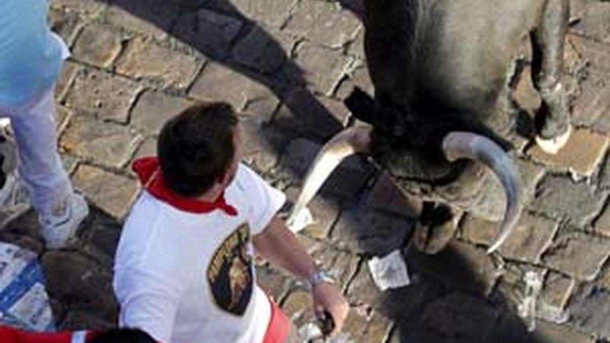 Apuros de un joven en la Plaza del Ayuntamiento durante el encierro protagonizado por los toros de la ganadería sevillana de Dolores Aguirre Ybarra. Foto: EFE