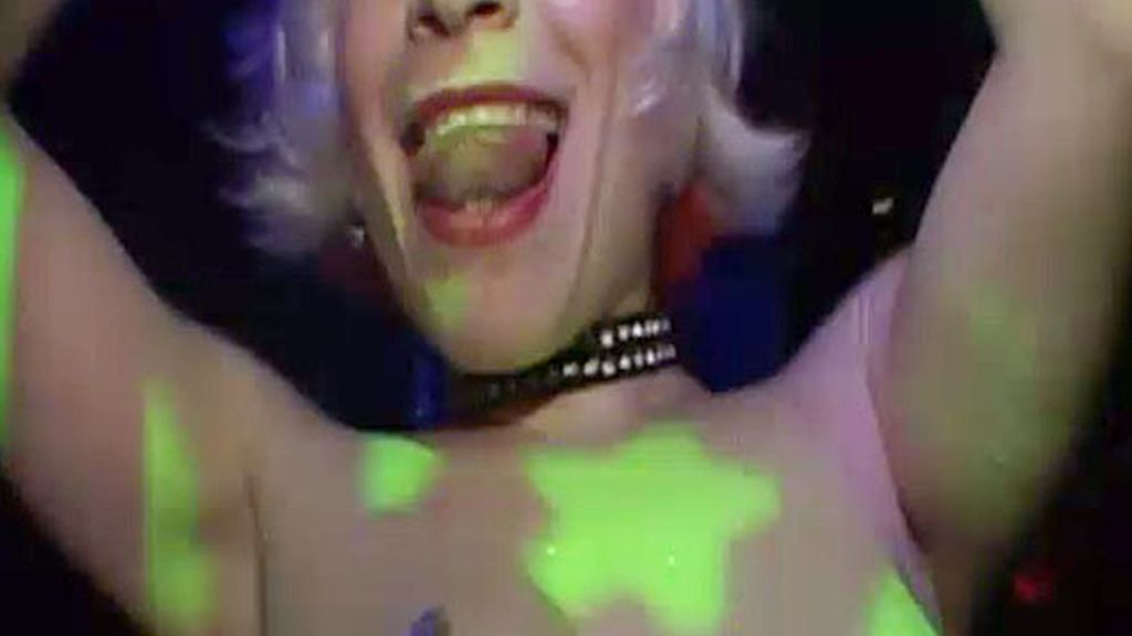 Una gogó baila en un bar de striptisse