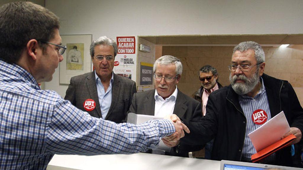 Los secretarios generales de CCOO, Ignacio Fernández Toxo, y de UGT, Cándido Méndez, registran la convocatoria de huelga general
