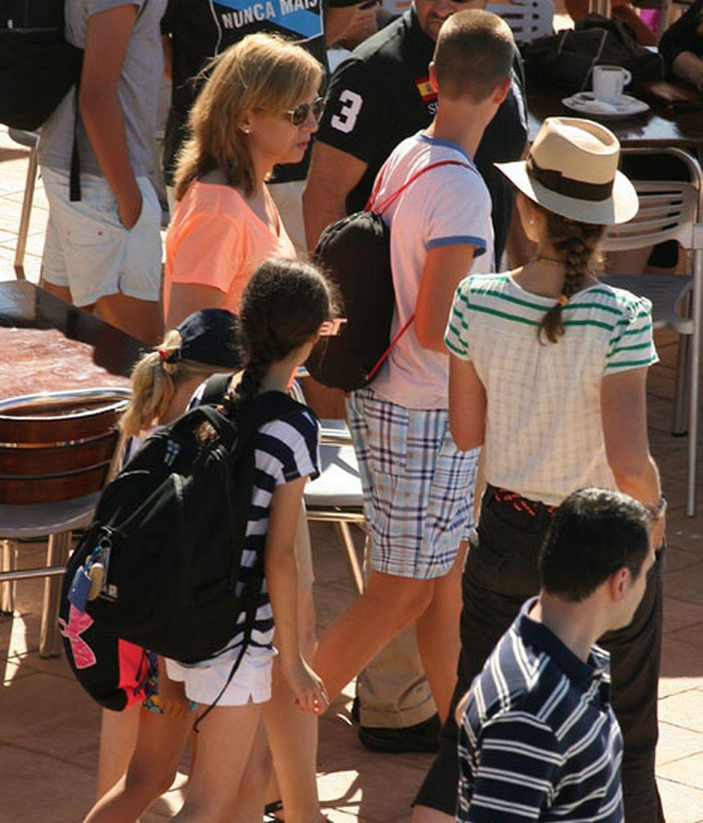 Las infantas Elena y Cristina junto a sus hijos