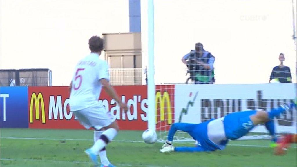 Rodrigo envió el balón al palo antes de que pidiesen penalti