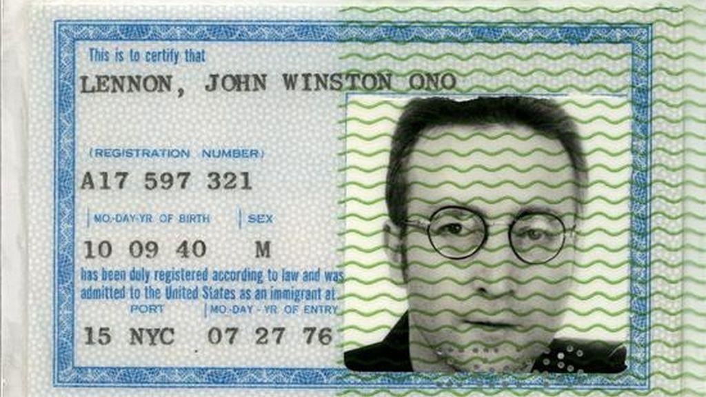 Fotografía cedida en la que se observa la tarjeta de residencia en Estados Unidos de John Lennon. EFE