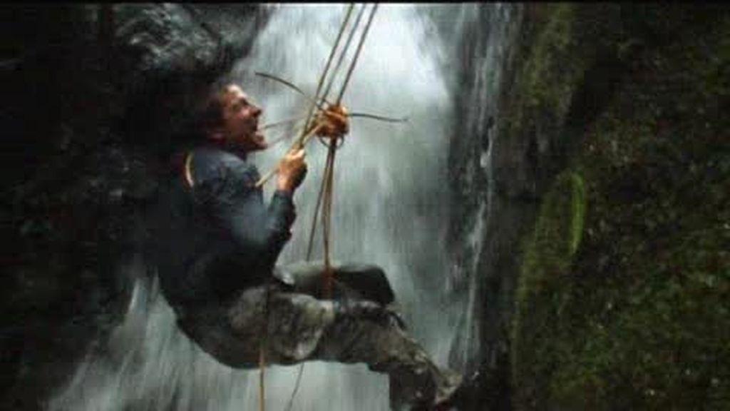 Anillo de Fuego: el último superviviente en peligro al descender cerca de una cascada