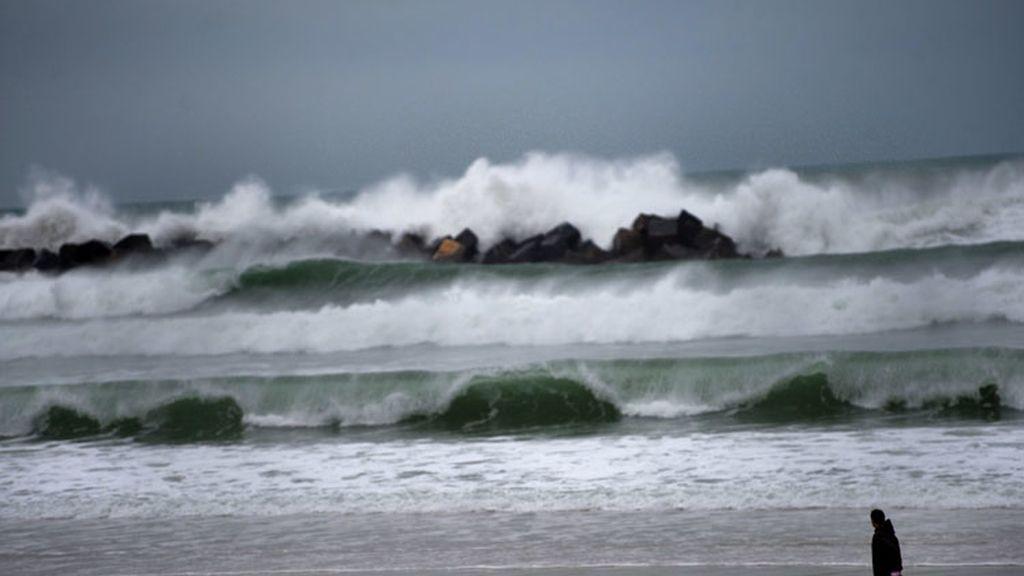 La playa de San Sebastián azotada por el fuerte oleaje