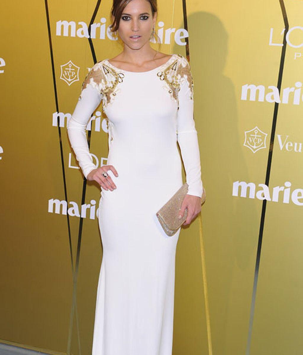 Ana Fernández, vestida de blanco, el color de la noche