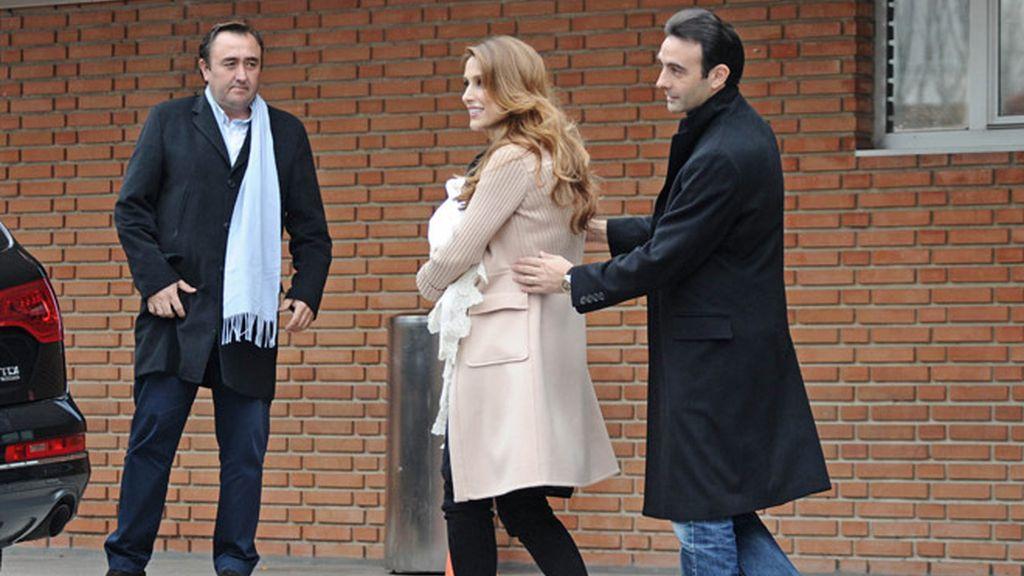 Enrique Ponce y Paloma Cuevas presentan a Bianca