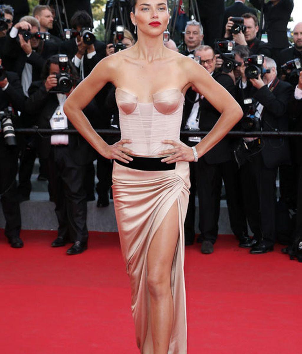 Adriana Lima, ángel de Victoria's Secret, destacó con su corpiño en rosa seda
