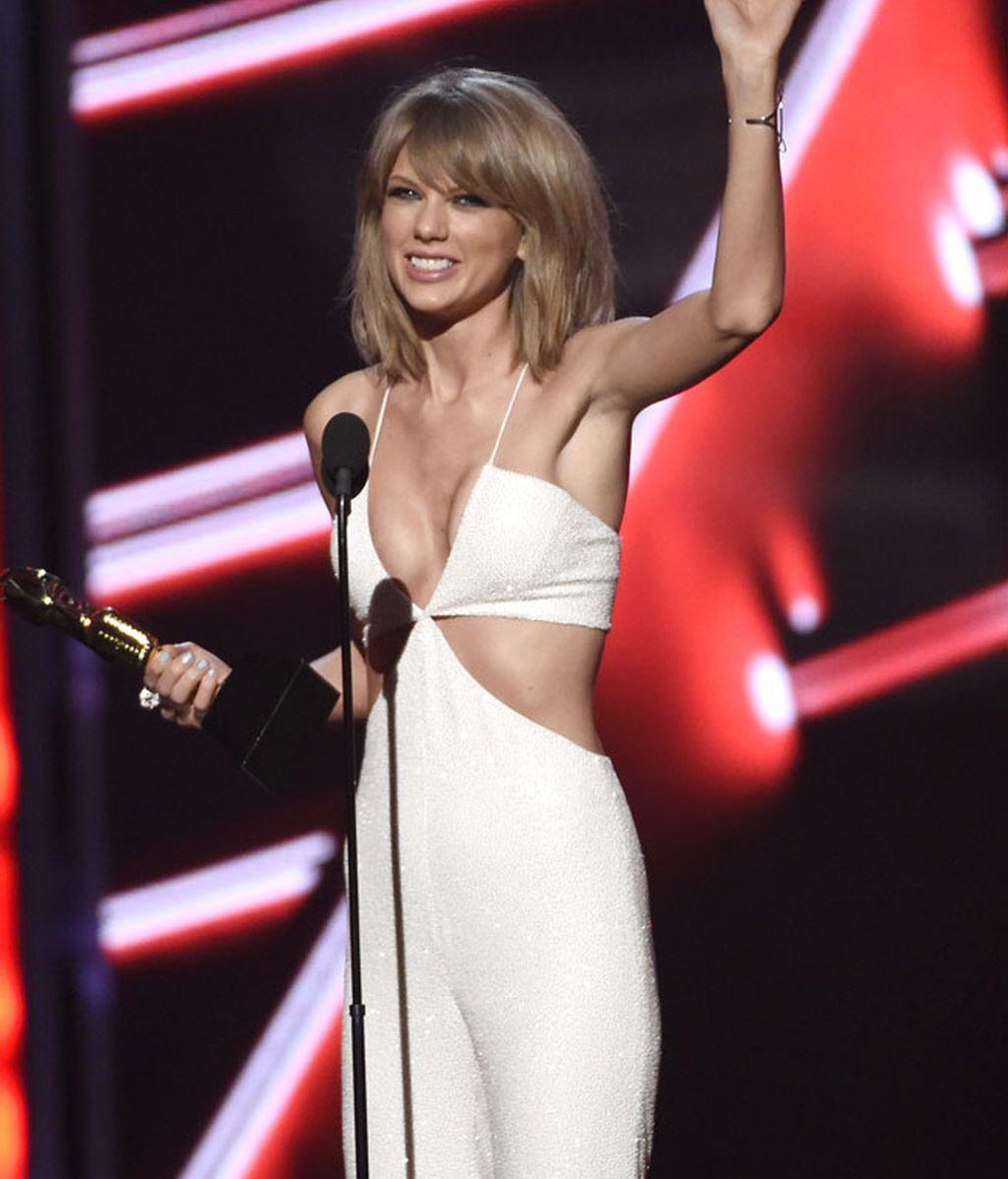 Taylor vestía un jumpsuit blanco de Balmain