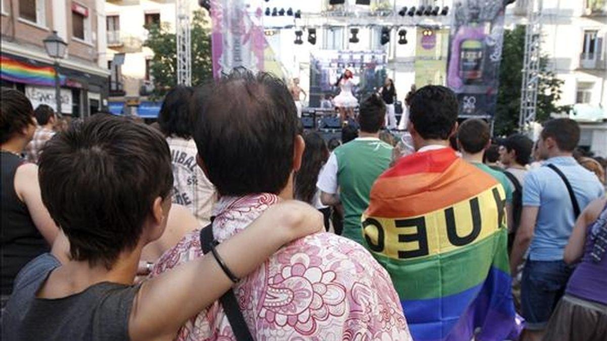Vista de la madrileña plaza de Chueca durante una de las actuaciones con motivo de la celebración de las fiestas del Orgullo Gay. EFE/Archivo