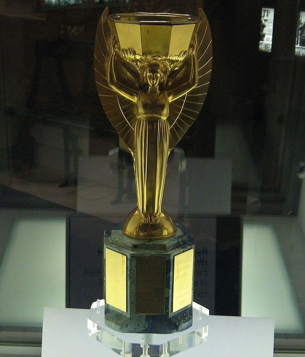 FIFA,Trofeo del mundial de fútbol Brasil 1983,trofeo robado