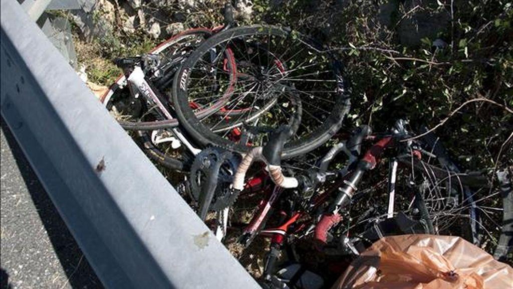 Un turismo, que ha invadido el carril contrario en la carretera general de Menorca, ha colisionado con un grupo de ciclistas, dos de los cuales han muerto y otros dos han resultado heridos, todos ellos vecinos de la isla. EFE