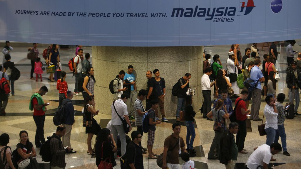 """Interpol """"examina más pasaportes sospechosos"""" en el vuelo de Malasia"""