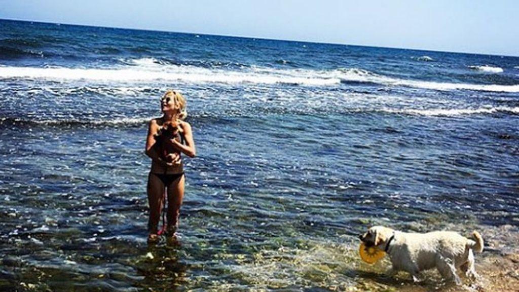 """""""Mirando al mar soñé..."""", Ana Fernández y su labrador Oli son uno"""