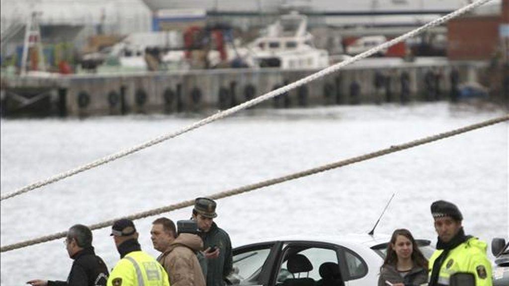 Dos personas han resultado muertas esta mañana al caer el coche en el que viajaban en aguas del Puerto de Barcelona. EFE