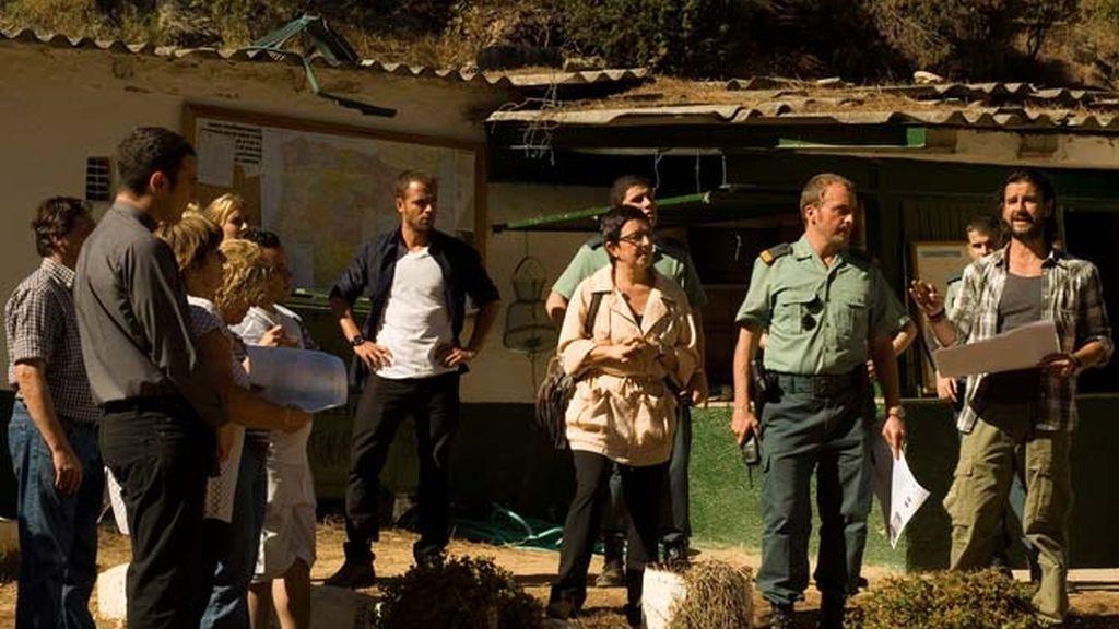 Antonio Hortelano (Max) da instrucciones a un grupo de voluntarios para buscar a una desaparecida