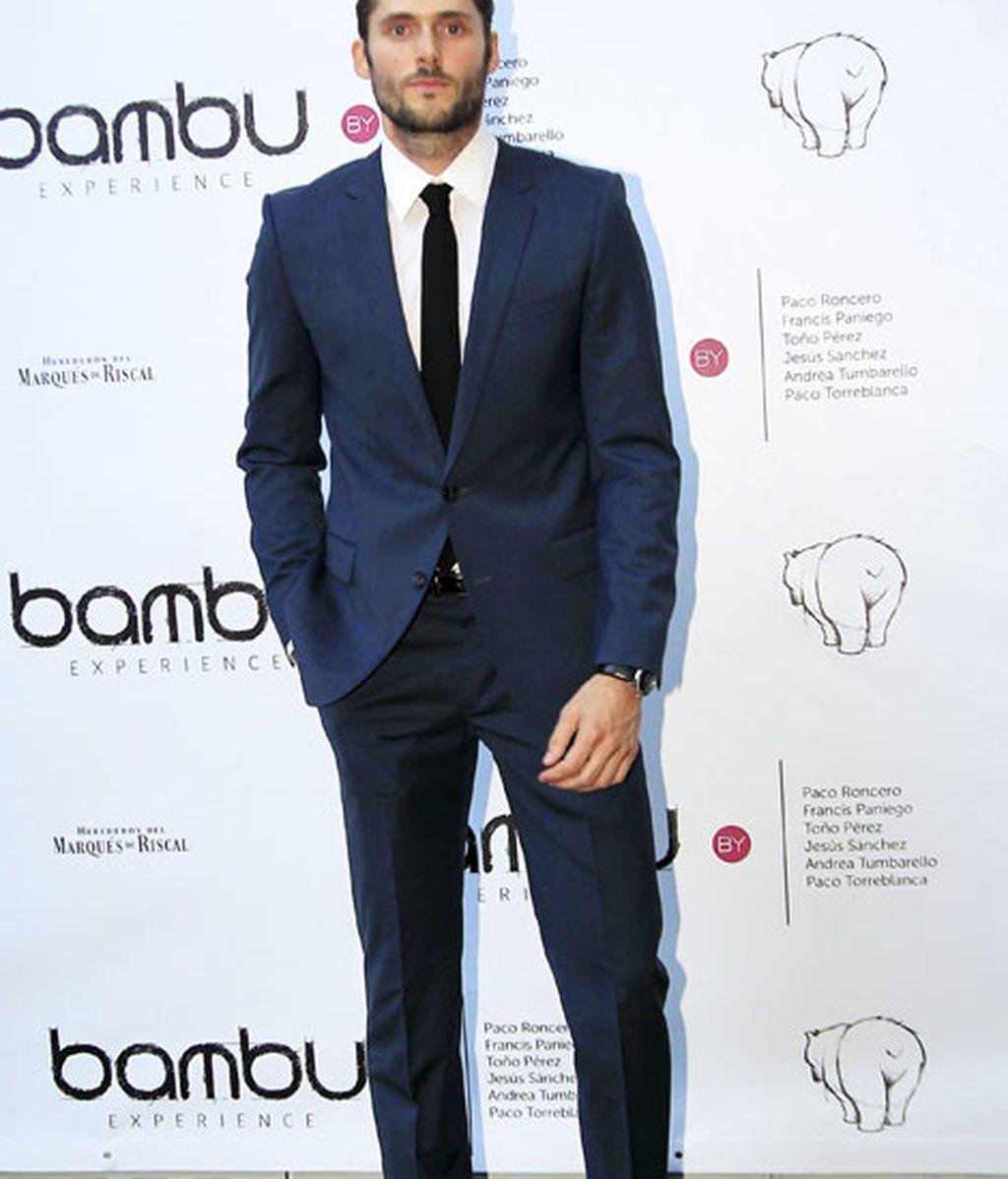 El actor Sergio Mur, con traje azul
