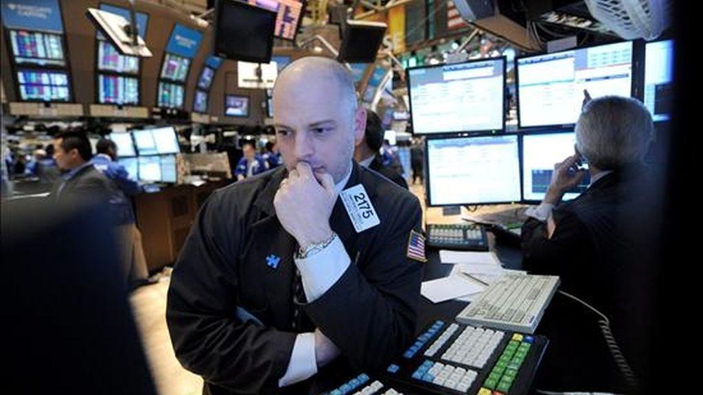 El índice Dow Jones de Industriales perdió hoy un 2,52% (-261,41 puntos) y finalizó en 10.097,90 unidades, en tanto que el selectivo S&P 500 bajó el 2,88% (31,60 puntos), a 1.064,88 puntos. EFE/Archivo