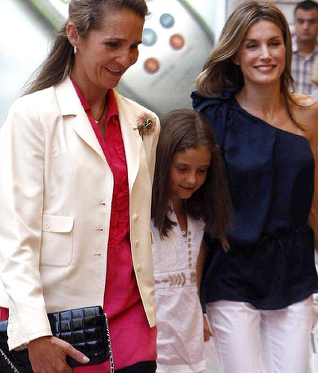 La infanta Elena y su hija Victoria junto a la Princesa de Asturias de camino al teatro en una imgen de archivo