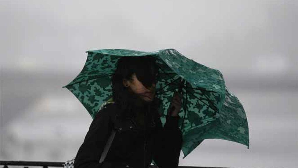 Una chica con un paraguas en Pontevedra