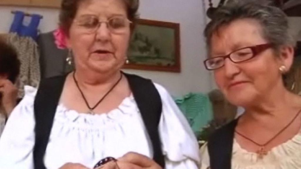 Dos señoras explican a cámara lo que hacen en ese momento